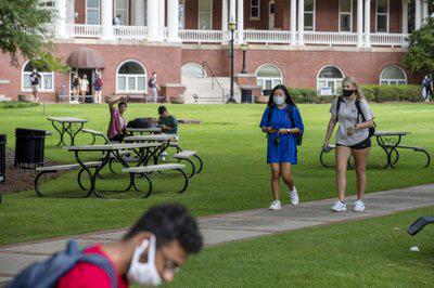Hơn 1.200 sinh viên ở một trường đại học Mỹ mắc COVID-19 - Ảnh 1.