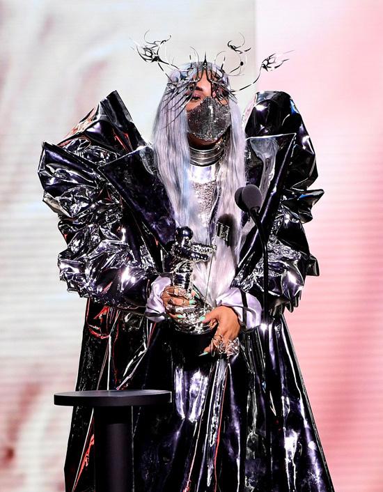 Muôn kiểu khẩu trang độc lạ của Lady Gaga tại VMAs 2020 - Ảnh 7.
