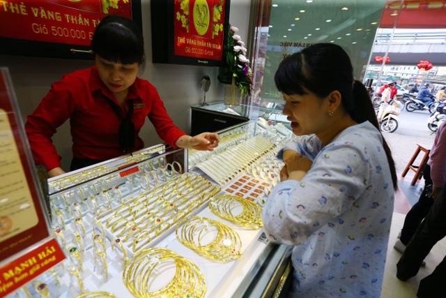 Thị trường trầm lắng khi giá vàng trong nước tăng cao kỷ lục - Ảnh 1.