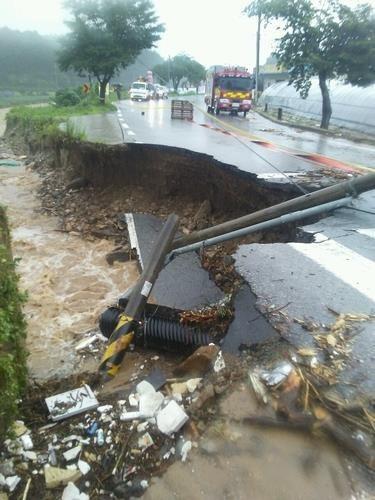 Hàn Quốc thiệt hại nặng nề vì mưa lũ kéo dài - Ảnh 1.