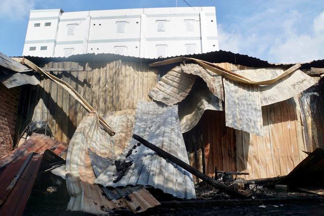 10 căn nhà trọ bị thiêu rụi trong đêm sau tiếng nổ lớn - Ảnh 1.