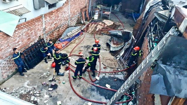10 căn nhà trọ bị thiêu rụi trong đêm sau tiếng nổ lớn - Ảnh 4.