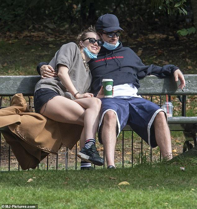Robert Pattinson lần đầu xuất hiện sau khi nhiễm COVID-19 - ảnh 1