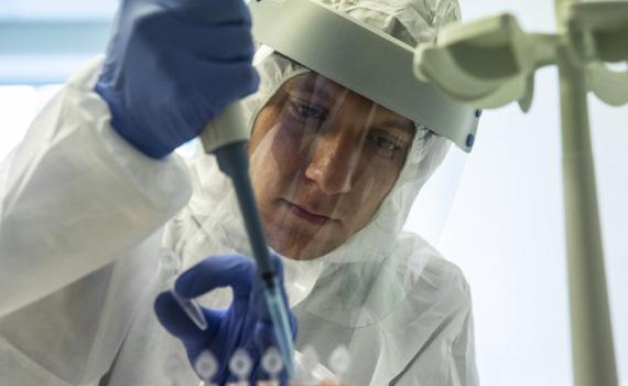 Các nước giàu đã đặt mua hơn 50% số vaccine ngừa COVID-19 trên thế giới - Ảnh 1.