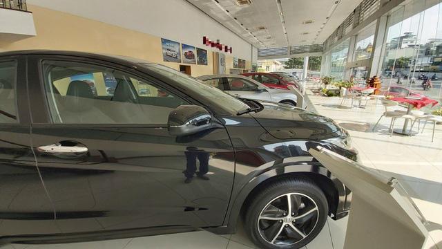 Giá ô tô đua nhau giảm: Xuống tiền mua ngay hay đợi sang năm? - ảnh 1