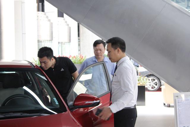Giá ô tô đua nhau giảm: Xuống tiền mua ngay hay đợi sang năm? - ảnh 2