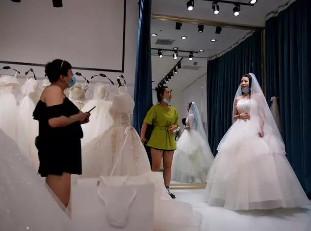 """Thủ phủ váy cưới """"ế ẩm"""" vì COVID-19 - Ảnh 2."""