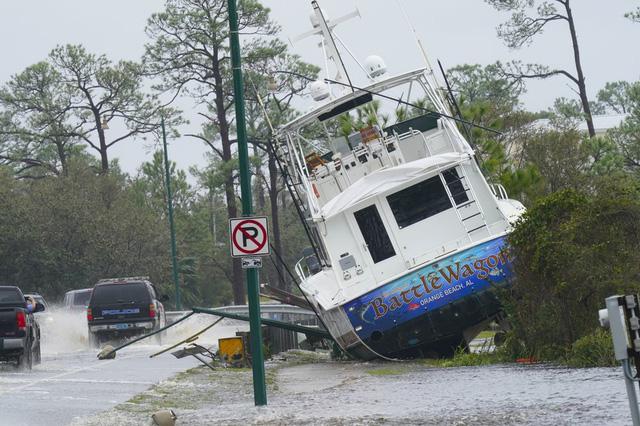 Bão Sally mang theo mưa lớn, gió mạnh nhấn chìm nhà cửa, đường phố tại Mỹ - Ảnh 2.