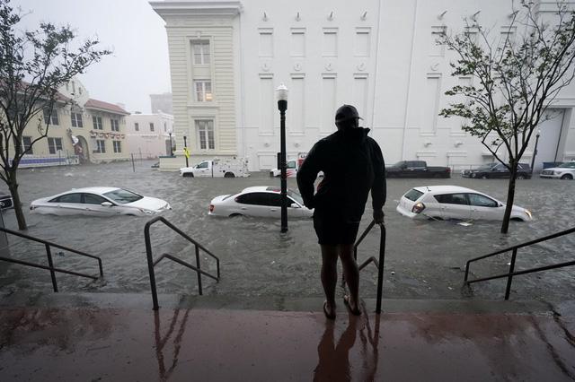 Bão Sally mang theo mưa lớn, gió mạnh nhấn chìm nhà cửa, đường phố tại Mỹ - Ảnh 1.