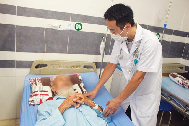 Tán sỏi, cắt u xơ tuyến tuyền liệt cho cụ ông 94 tuổi - Ảnh 1.