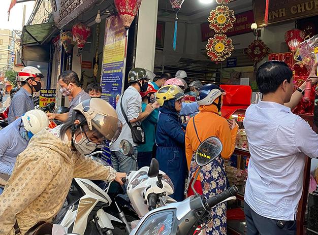 Cửa hàng bánh Trung thu truyền thống lắp vách ngăn chống dịch - Ảnh 2.