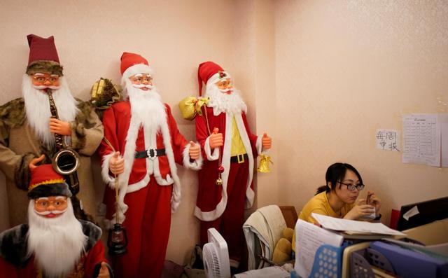 """Thủ phủ đồ Giáng sinh toàn cầu """"ảm đạm"""" vì COVID-19 - Ảnh 3."""
