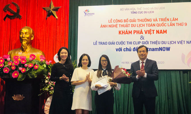 Special prize winner of the video-making contest Le Tuyet (third from left) awarded at the evebt (Photo: hanoimoi.com.vn)