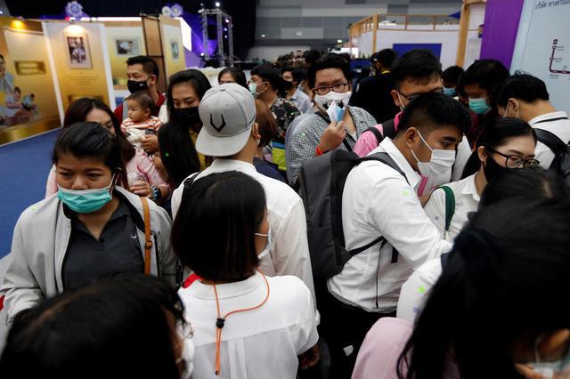 Thất nghiệp vì COVID-19, người Thái đổ xô đến hội chợ tìm việc làm - ảnh 1