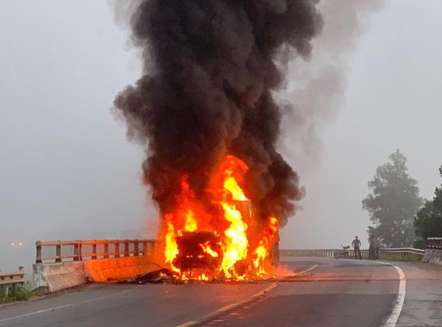 Đang lưu thông, xe container bất ngờ bốc cháy dữ dội - Ảnh 1.