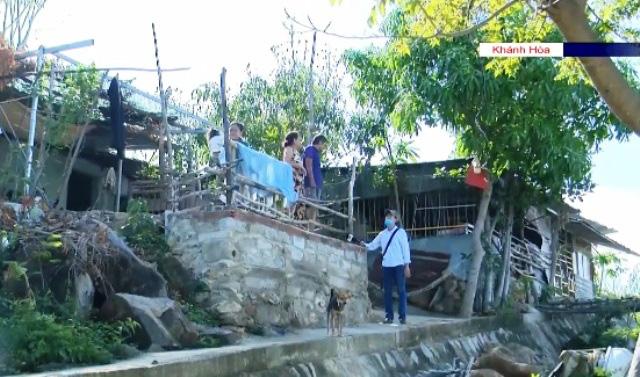 Bất chấp hiểm nguy, người dân vẫn dựng nhà ở lưng chừng núi, trong lòng suối - Ảnh 2.