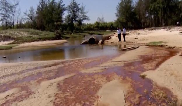 Người dân sử dụng nước nhiễm mặn, ô nhiễm nghi do công ty xả thải - Ảnh 1.