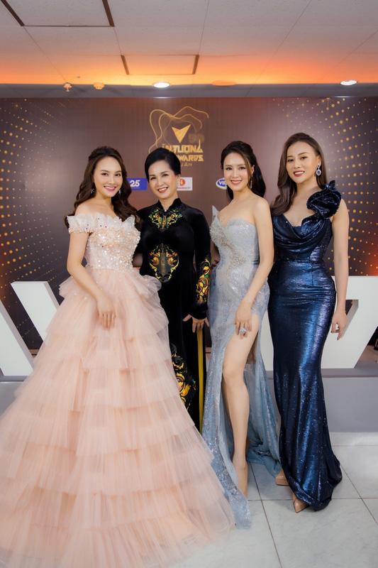 Hồng Diễm, Phương Oanh hết lời khen ngợi mẹ chồng Lan Hương tại Lễ trao giải VTV Awards - Ảnh 1.