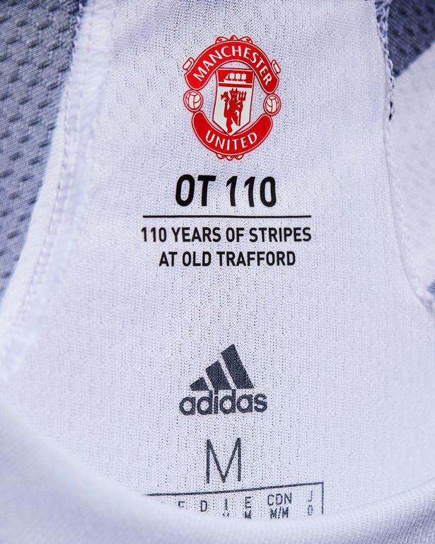 Cận cảnh áo đấu phong cách ngựa vằn của Man Utd - Ảnh 4.