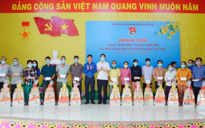 Dong Thap provincial authorities present Tet gifts to local policy families. (Photo: NDO/Huu Nghia)