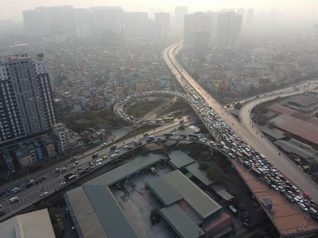 5 ô tô tông liên hoàn, xe cộ chôn chân trên cầu Vĩnh Tuy - Ảnh 2.