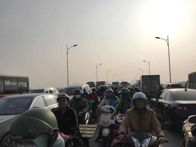 5 ô tô tông liên hoàn, xe cộ chôn chân trên cầu Vĩnh Tuy - Ảnh 3.