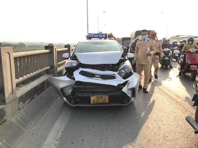 5 ô tô tông liên hoàn, xe cộ chôn chân trên cầu Vĩnh Tuy - Ảnh 1.