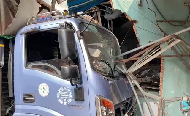 Xe tải húc bay hàng loạt phương tiện, tông sập nhà dân - Ảnh 6.