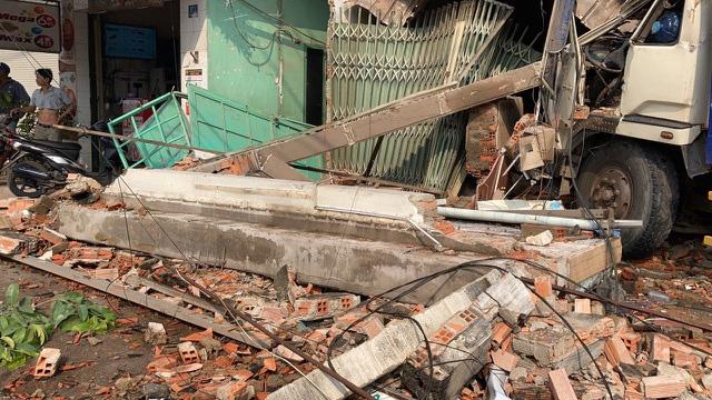 Xe tải húc bay hàng loạt phương tiện, tông sập nhà dân - Ảnh 2.