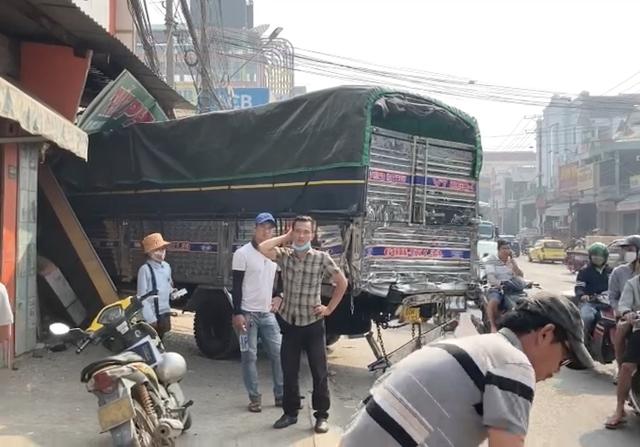 Xe tải húc bay hàng loạt phương tiện, tông sập nhà dân - Ảnh 5.