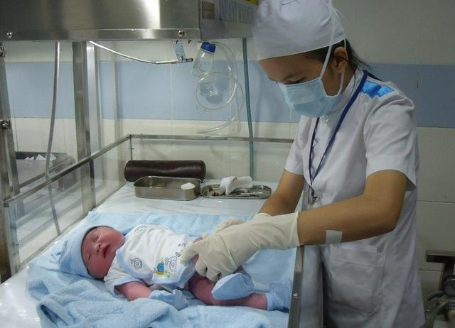 Thưởng tiền cho phụ nữ sinh đủ hai con trước 35 tuổi ở 21 tỉnh - Ảnh 1.
