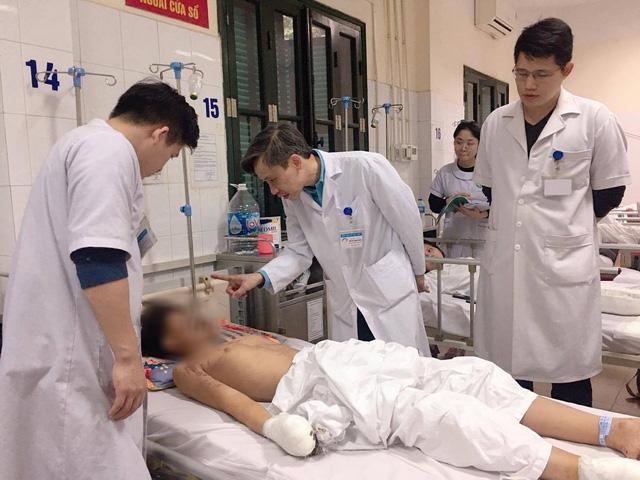 Pháo tự chế phát nổ, thiếu niên 15 tuổi bị dập nát bàn tay - Ảnh 1.