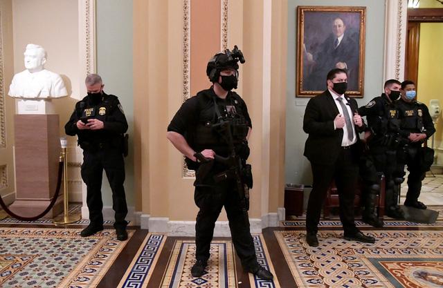 Quốc hội Mỹ thất thủ trong ngày họp kiểm phiếu đại cử tri - Ảnh 2.