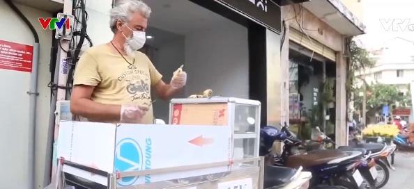 Người nước ngoài ở Việt Nam bán hàng vỉa hè - Ảnh 1.