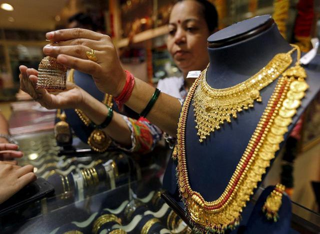 Người Ấn Độ bán tháo vàng để trang trải cuộc sống - ảnh 1