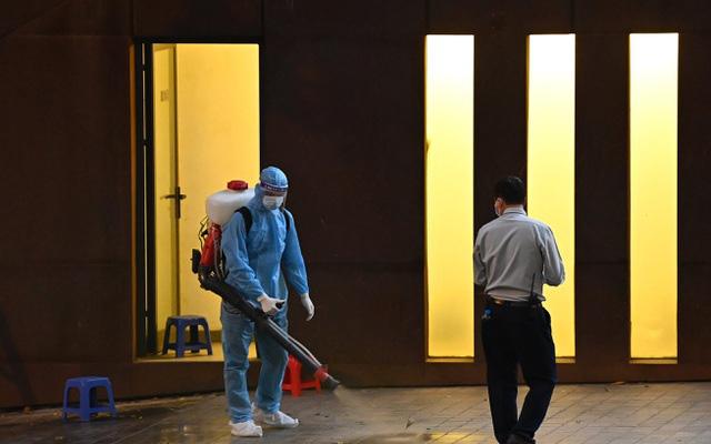 Hà Nội: Phong tỏa khách sạn ở Hồ Tây có người nước ngoài chết dương tính SARS-CoV2 - Ảnh 5.