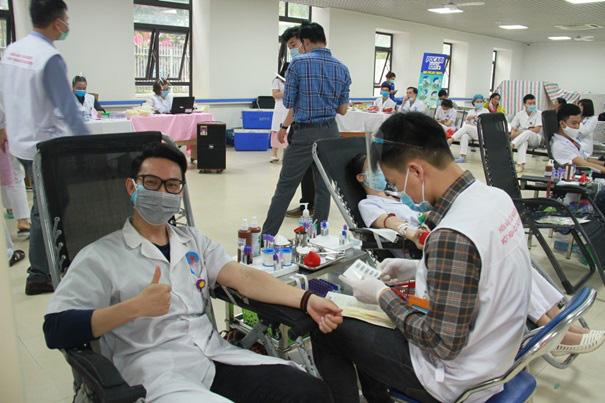 Y, bác sĩ Bệnh viện Hữu Nghị hiến máu cứu người - Ảnh 4.