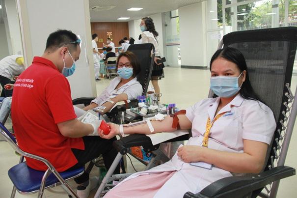 Y, bác sĩ Bệnh viện Hữu Nghị hiến máu cứu người - Ảnh 3.