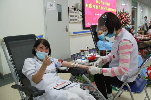 Y, bác sĩ Bệnh viện Hữu Nghị hiến máu cứu người - Ảnh 2.