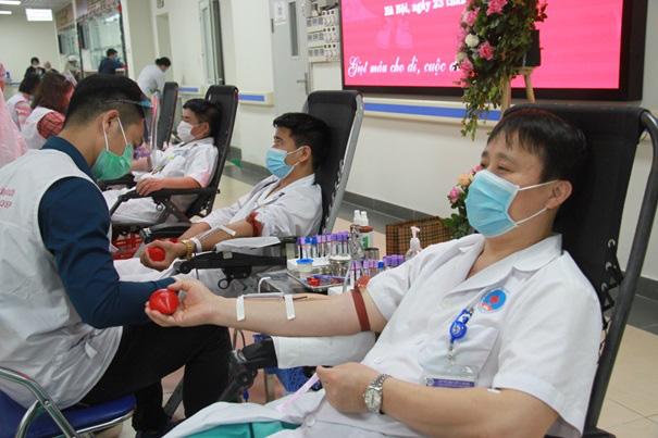 Y, bác sĩ Bệnh viện Hữu Nghị hiến máu cứu người - Ảnh 1.