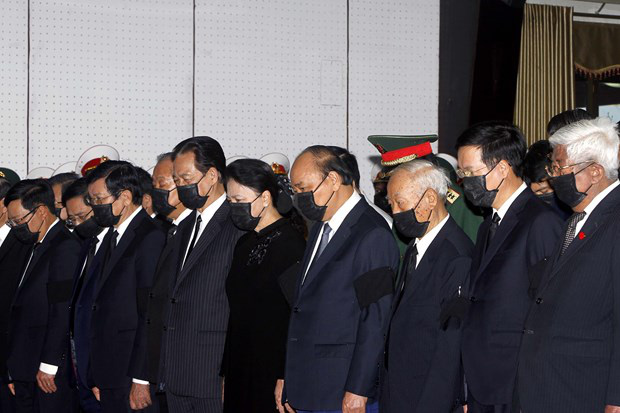 Prime Minister Nguyen Xuan Phuc, Chairwoman of the National Assembly Nguyen Thi Kim Ngan, and incumbent and former Party, State leaders pay last tribute to Truong Vinh Trong. (Photo: VNA)