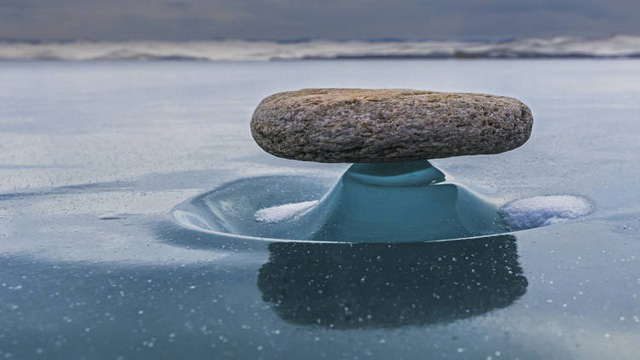 Hiện tượng lạ khiến tảng đá nặng vẫn lơ lửng nổi trên mặt nước - Ảnh 1.