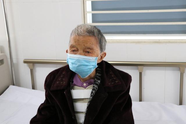 Bơm xi măng sinh học phẫu thuật tạo hình đốt sống cho cụ bà 101 tuổi - Ảnh 1.