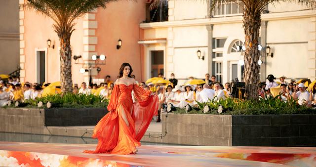 Đỗ Thị Hà gợi cảm catwalk cùng cặp Hoa hậu song Linh - Ảnh 7.