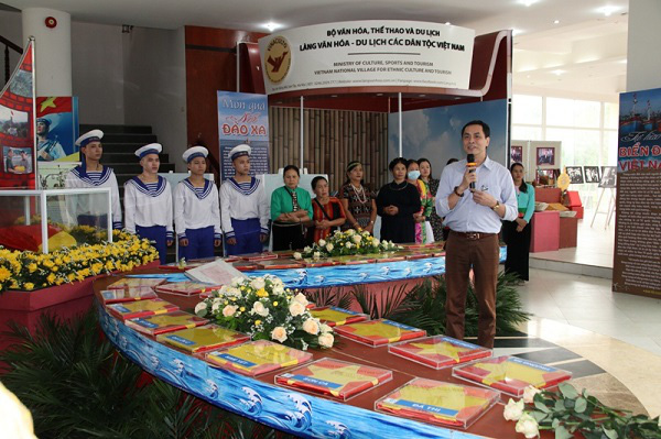 Poet Huu Viet, a member of the Vietnam Writers' Association, enlightens visitors to the opening ceremony about memories from his trip to Truong Sa. (Photo: Vietnam National Village for Ethnic Culture and Tourism)