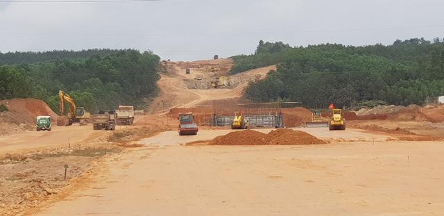 Cao tốc Bắc - Nam: Nhiều gói thầu phải thi công cầm chừng vì... thiếu đất đắp nền - Ảnh 1.