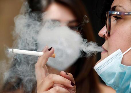 Kinh đô thời trang Milan - thành phố đầu tiên ở Italy cấm hút thuốc lá nơi công cộng - Ảnh 1.