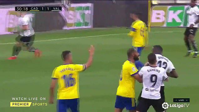 Cả đội Valencia bỏ thi đấu khi đồng đội bị phân biệt chủng tộc - Ảnh 1.