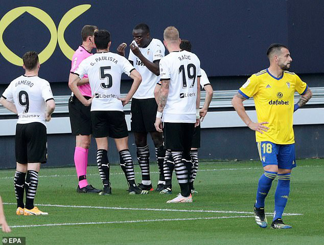 Cả đội Valencia bỏ thi đấu khi đồng đội bị phân biệt chủng tộc - Ảnh 2.