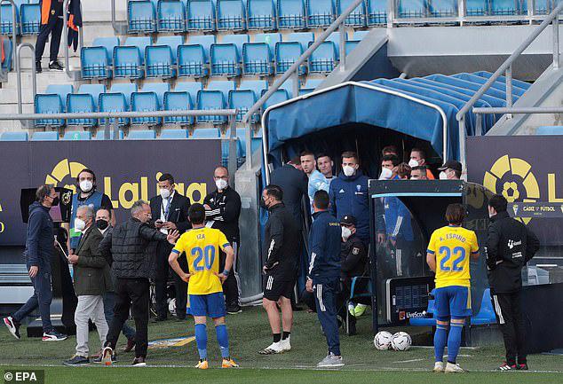 Cả đội Valencia bỏ thi đấu khi đồng đội bị phân biệt chủng tộc - Ảnh 5.